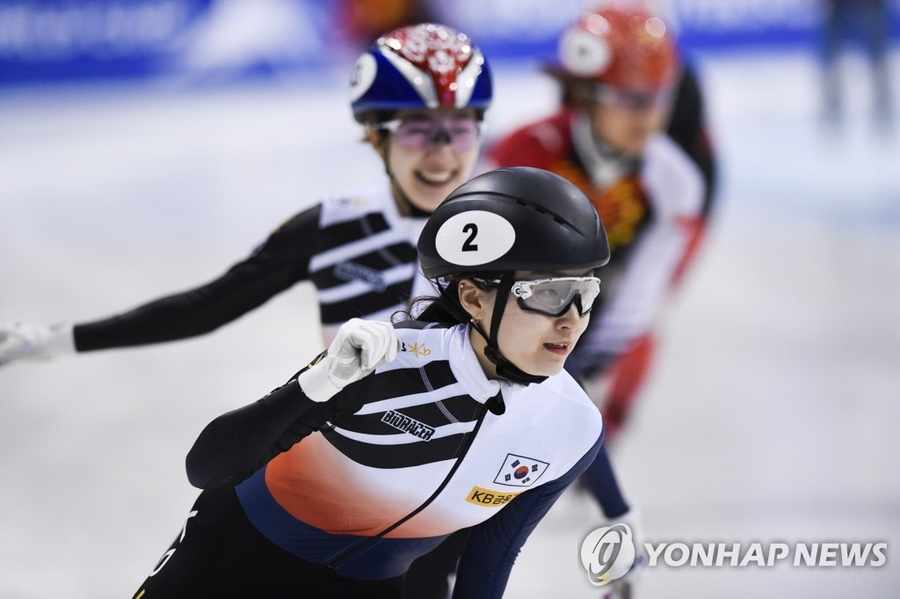 Choi Min-jeong of Korea celebrates winning the women's 1500m final at the ISU Short Track Speed Skating World Cup in Dresden, Germany on   February 8, 2020. © Associated Press/Yonhap