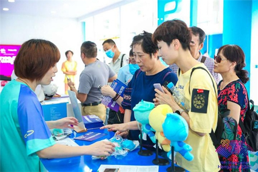 Visitors buy mascots for the Hangzhou Asian Games at a garden party held on the Hubin Pedestrian Street in Hangzhou on September 12 as part of the two-year countdown.© zj.zjol.com.cn