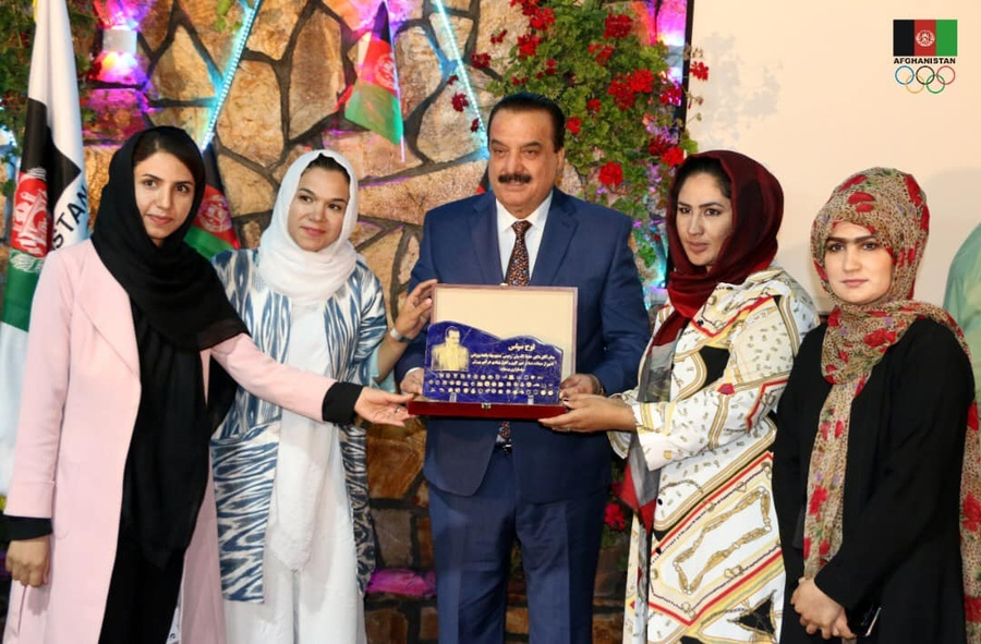 Dr. Hafizollah Wali Rahimi, President of the Afghanistan National Olympic Committee, presents a commemorative plaque at the gathering of national federations. © Afghanistan NOC Facebook/@OlympicOfficial.af
