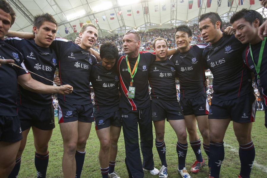 Dai Rees talks to the squad during the HK7s