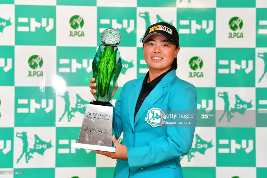 Asian Games champion Yuka Saso with the Nitori Ladies Golf Tournament trophy.  ©   Getty Images