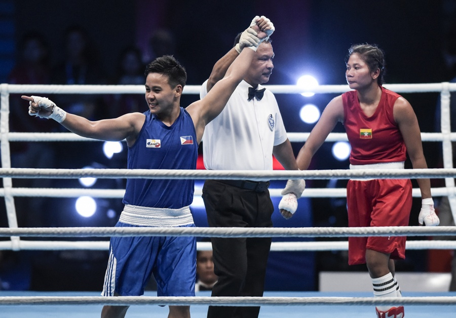 Nesthy Petecio celebrates after defeating Myanmar's Oo Nwe Ni to claim gold in the 30th Southeast Asian Games women's featherweight (57kg) final. © Inquirer/Sherwin Vardeleon