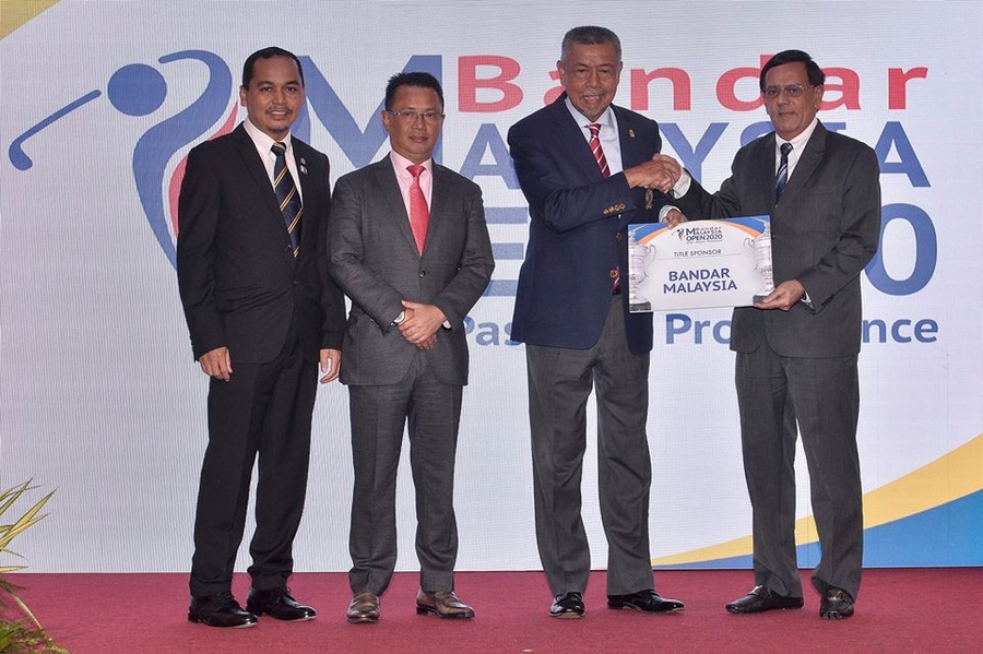Tan Sri Mohd Anwar Mohd Nor (second from right) presents the Certificate of Title Sponsor to Dato' Majid Manjit Abdullah. © OCM